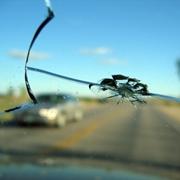 Auto con parabrezza rotto